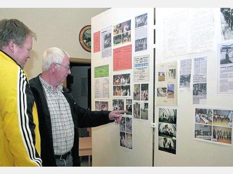 Blick zurück in Bildern und Zeitungsausschnitten: Kassierer Robert Maikranz (links) und Vorsitzender Herbert Klotzbach begutachten die kleine Ausstellung, die zum Jubiläum im Schützenhaus aufgebaut wurde. Foto:z