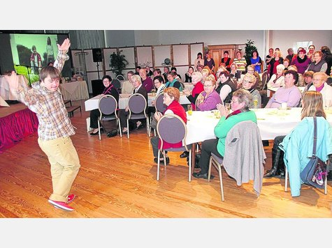 """Beifall vom Publikum: Sein Gefühl für Takt und Musik bewies Jonas Zachmann (links) während der Autorenlesung in Schenklengsfeld mit einer spontanen Tanzeinlage. Zur Veranstaltung hatte der Landfrauenverein """"Landecker Amt"""" eingeladen. Foto: roda"""