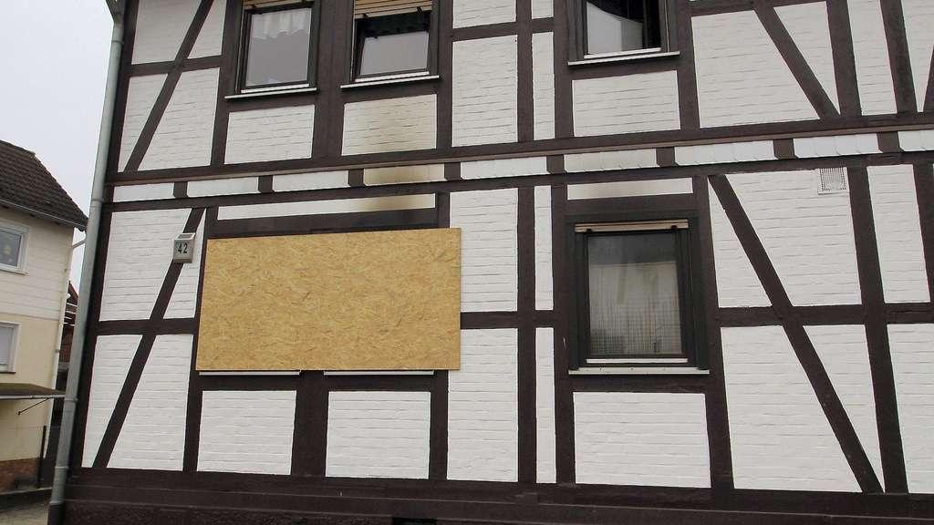 Dramatische Wende nach Wohnhausbrand: Erwürgte der Ehemann seine Frau?