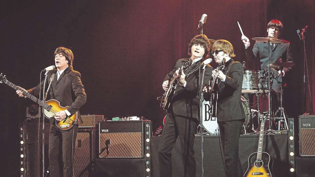 "The ""Cavern Beatles"" live: In der Stadthalle Bad Hersfeld gaben (von links) Chris O'Neill (Paul McCartney), Rick Alan (George Harrison), Paul Tudhope (John Lennon), Simon Ramsden (Ringo Starr, hinten) alles, um ihren musikalischen Vorbildern so nahe wie möglich zu kommen. Fotos: Landsiedel"