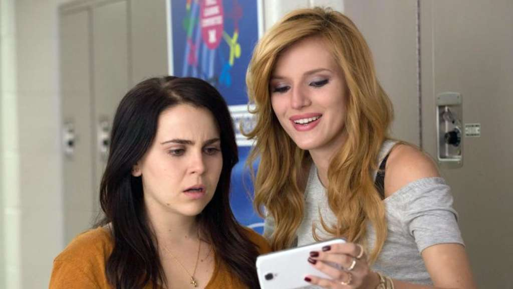 Madison (Bella Thorne, r) tyrannisiert Bianca (Mae Whitman). Foto: Guy D Alema/capelight pictures