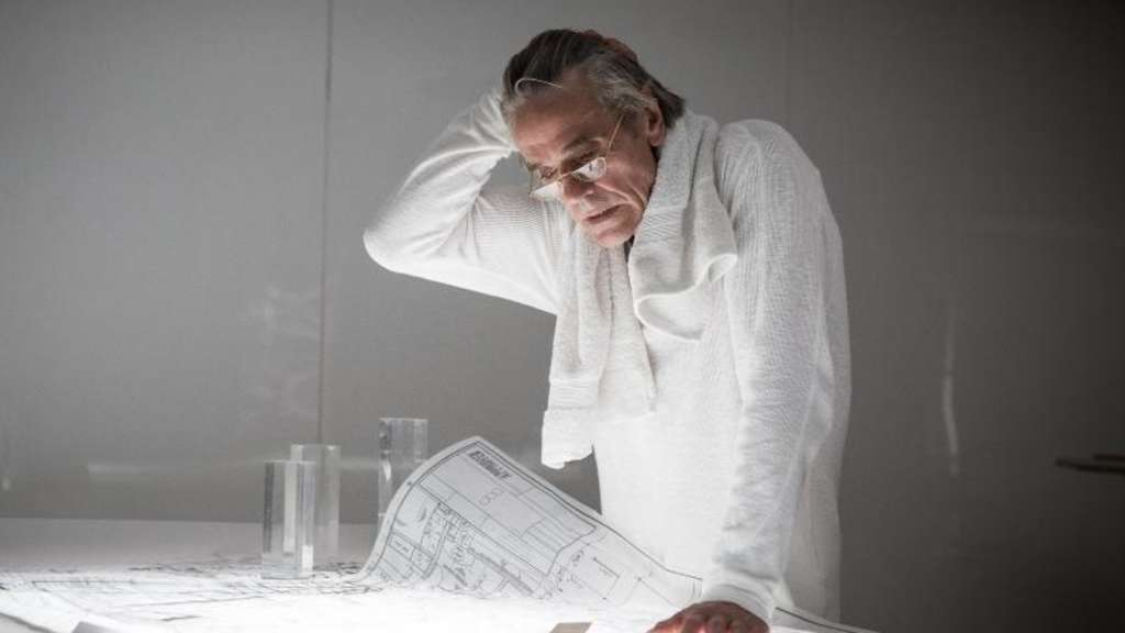 "Jeremy Irons als Architekt Royal in einer Szene des Films ""High-Rise"". Foto: DCM"