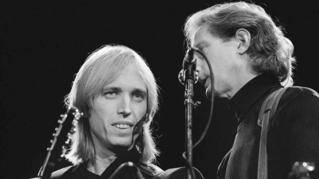 Tom Petty (l) gibt mit seiner Band Tom Petty and the Heartbreakers am 23.09.1987 in Helsinki, Finnland, ein Konzert.