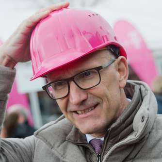 Telekom-Chef Höttges feiert Mega-Deal in den USA