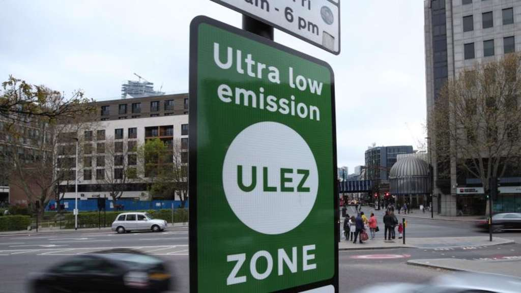 "Grüne Schilder weisen in London auf die ""Ultra Low Emission Zone"" hin. Foto: Yui Mok/PA Wire"