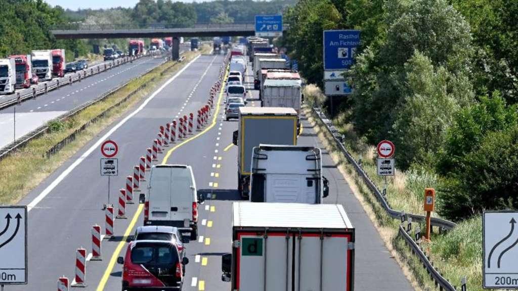 Auf der Autobahnbaustelle lieber nicht überholen   Auto